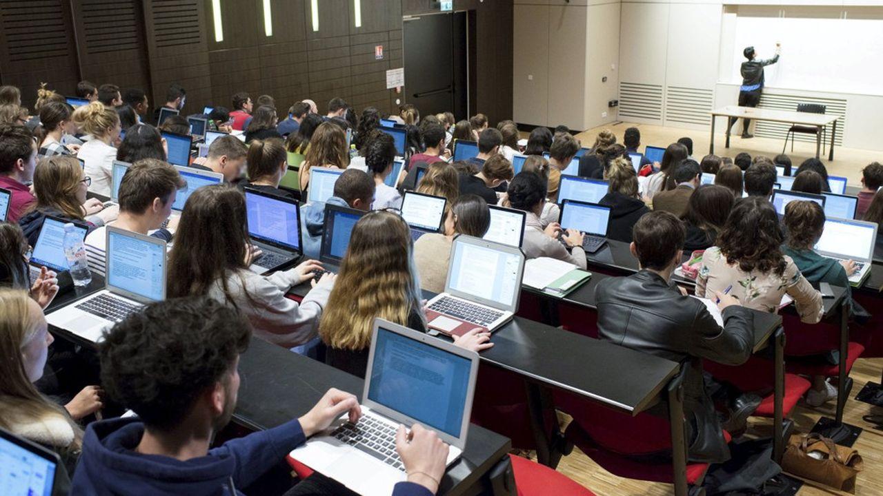 Le versement des bourses sur critères sociaux est soumis notamment à un devoir d'assiduité et d'obtention d'un diplôme.