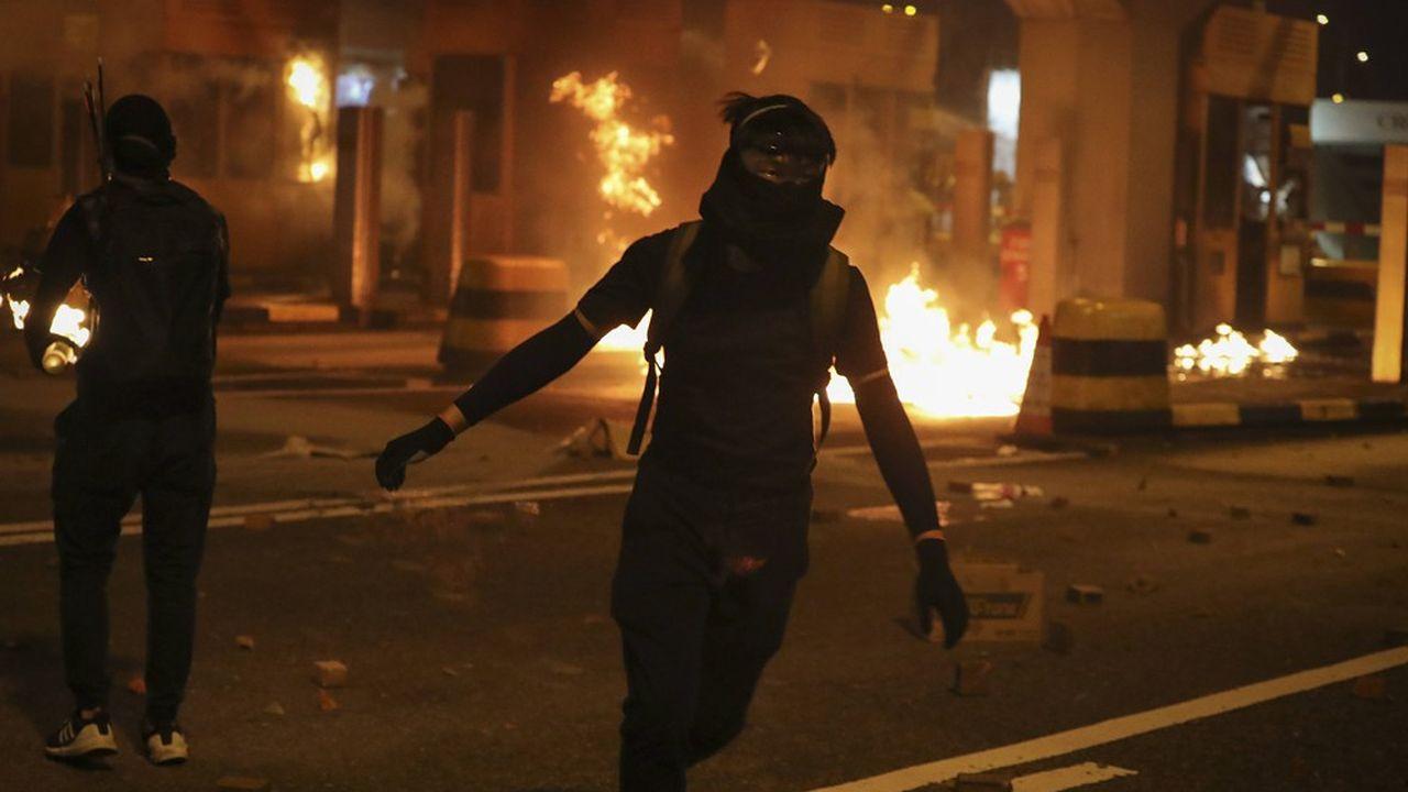 La violence entre manifestants et forces de l'ordre ne cesse de croître à Hong Kong, faisant craindre de nouveaux débordements.