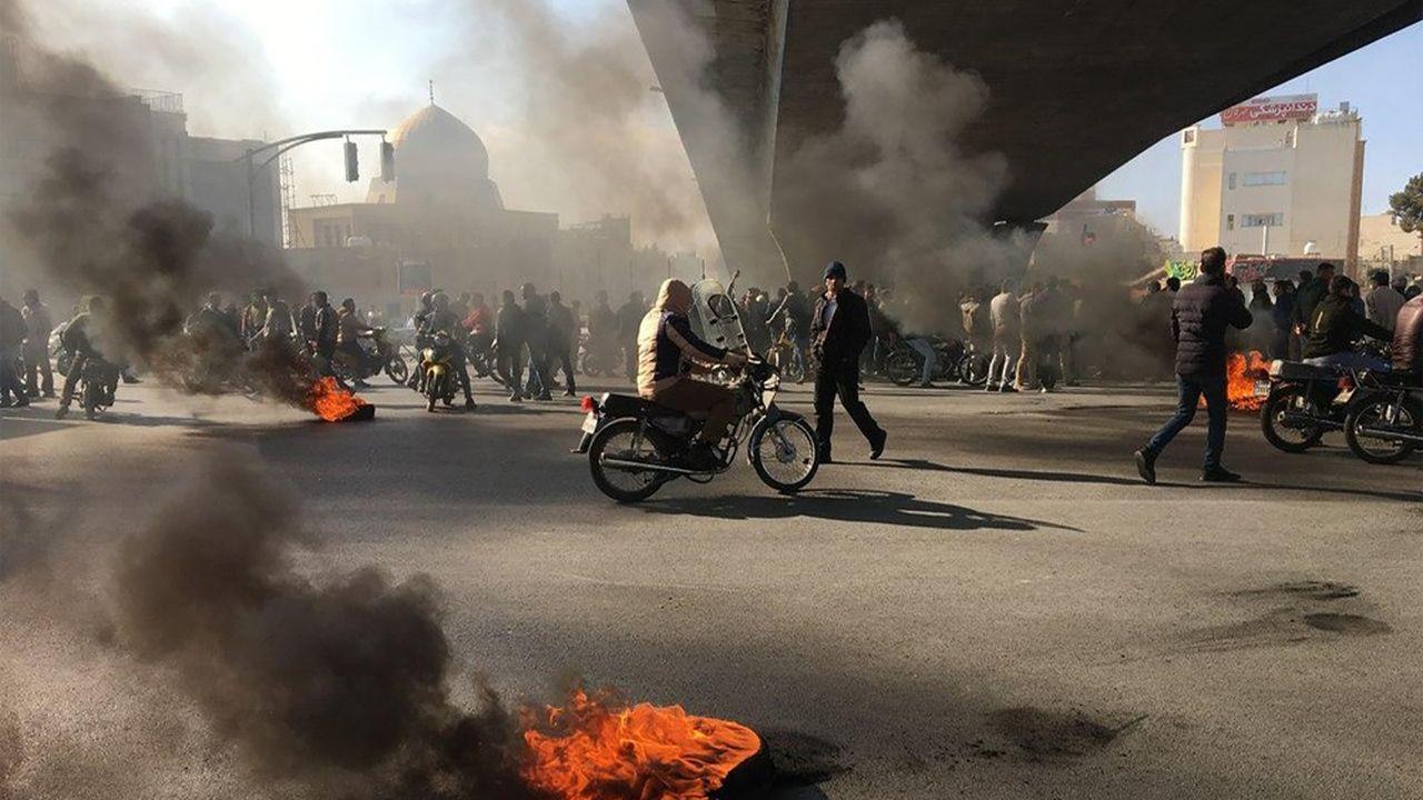 A Ispahan, dans le centre du pays, des manifestants protestent contre la hausse du prix de l'essence.