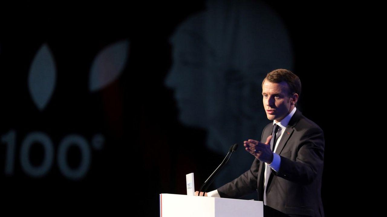 Emmanuel Macron, après le grand débat national durant lequel ils ont joué un rôle crucial et à quatre mois des municipales, se rendra ce mardi à l'ouverture solennelle du Congrès des maires à Paris, comme ici, en novembre2017.