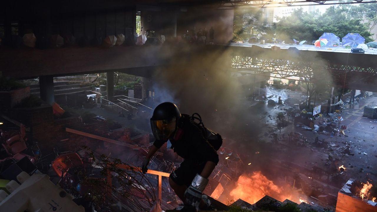 Plusieurs explosions très fortes ont retenti avant qu'un mur de flammes n'apparaisse à l'entrée de l'Université polytechnique de Hong Kong (PolyU), théâtre, depuis samedi, d'échauffourées entre contestataires et forces de l'ordre.