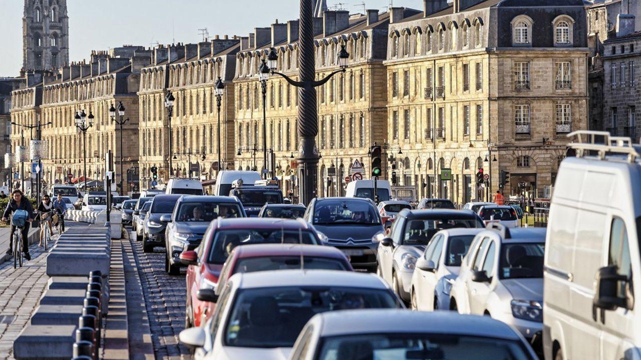 «Nous sommes en train de perdre la bataille du CO2 […] pour une raison simple, c'est que vous avez une explosion des véhicules à grosse cylindrée», a déclaré Bruno Le Maire