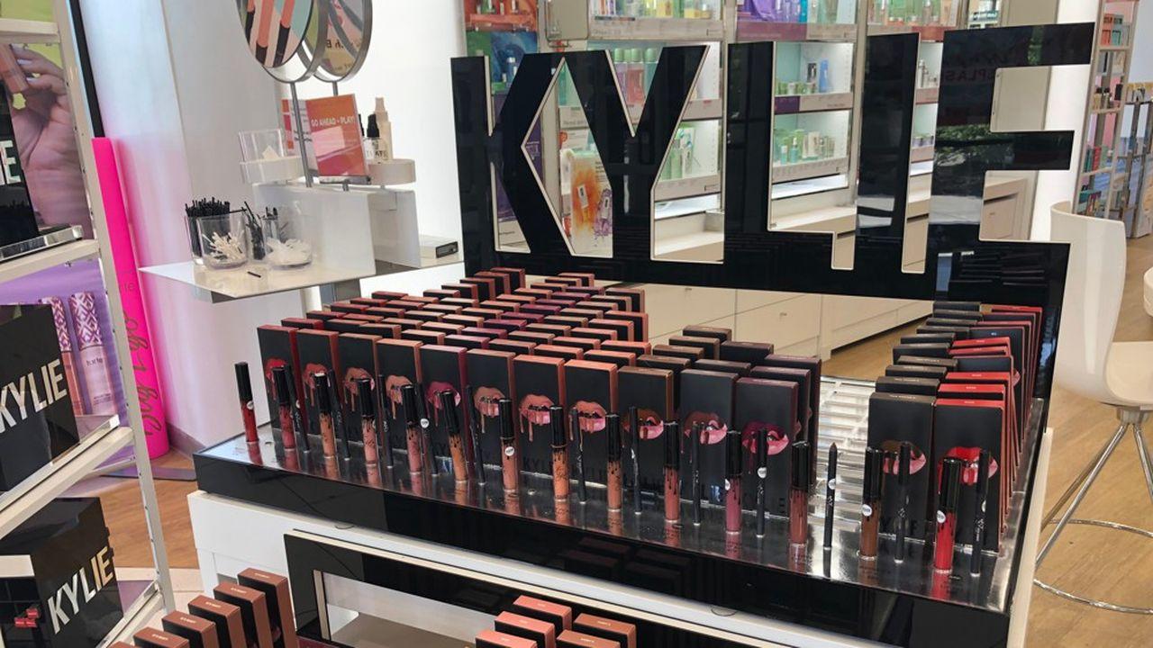 Kylie Jenner diffuse ses produits notamment dans les quelque 1.200 magasins d'Ulta Beauty présents aux Etats-Unis.