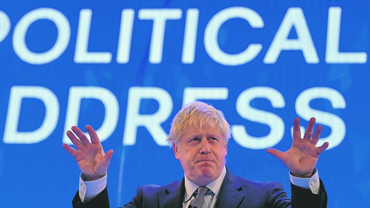 Boris Johnson devant les grands patrons britanniques, lundi, à l'occasion de la conférence annuelle de laCBI. Au total, les allégements fiscaux qu'il leur fait miroiter atteindront 1milliard de livres par an en 2022-2023, avec des baisses sur la construction, la recherche et la contribution à l'assurance maladie.