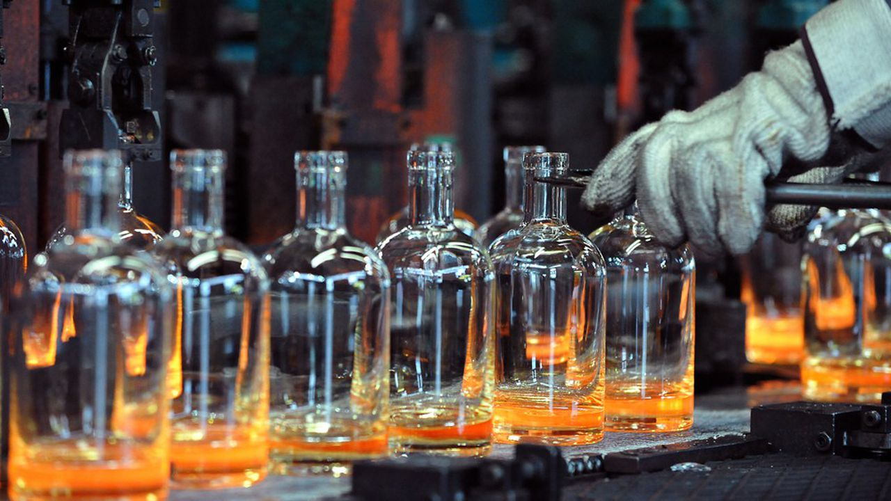 Des bouteilles sortent de la chaîne de fabrication de l'usine de Saverglass.
