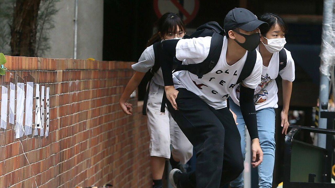 Des manifestants masqués au sein de l'université Polytechnique de Hong Kong, le 19novembre.