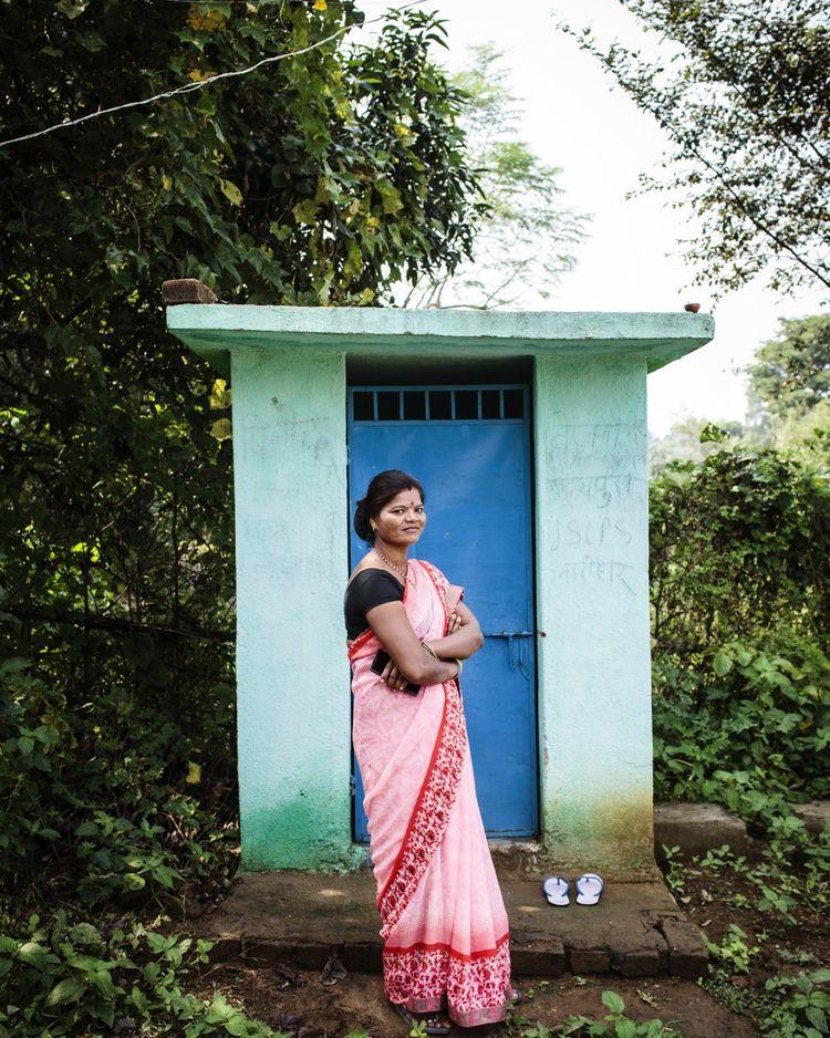 Sunita Devi, en octobre, devant ses toilettes construites au fond de son potager avec le groupe de femmes d'Udaipura, un village de l'est de l'Inde.