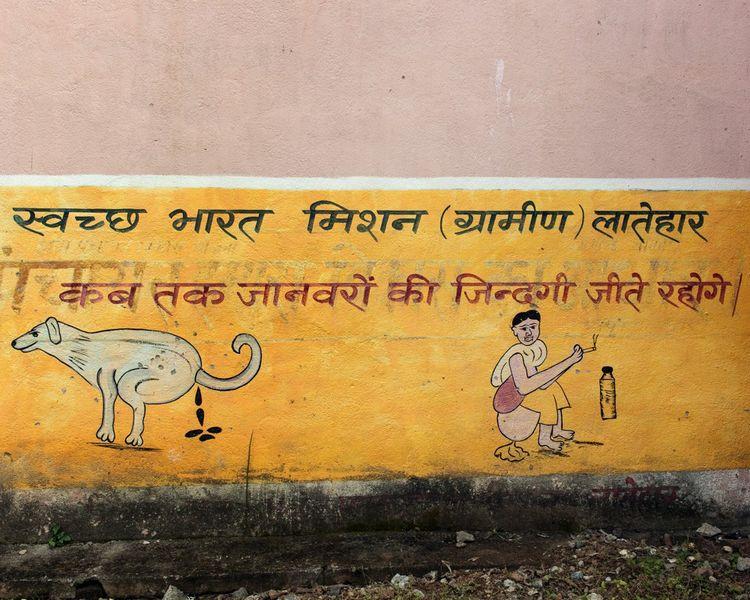 « Jusqu'à quand voudrez-vous continuer à vivre comme des animaux? » Message peint sur les murs de l'école du village…