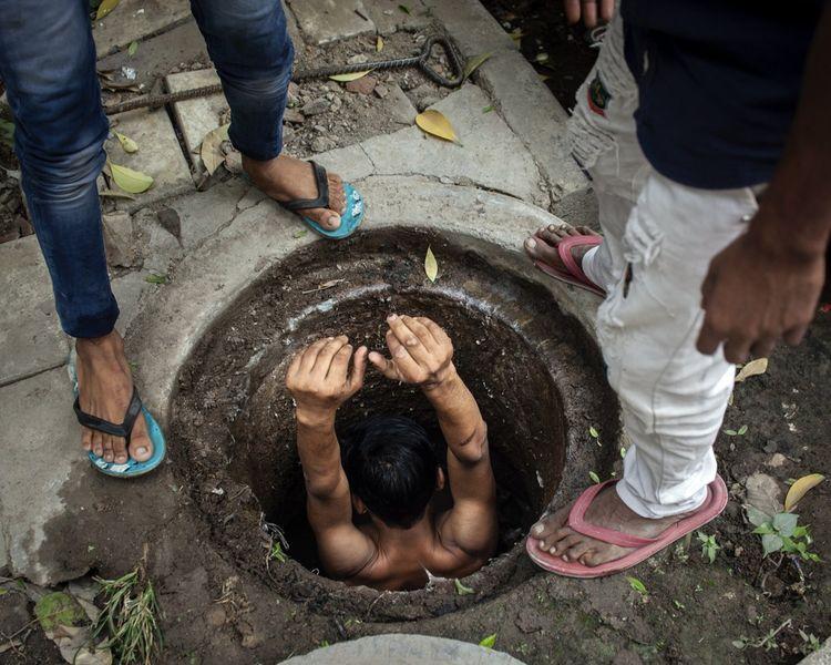 La basse caste des Balmiki est assignée au nettoyage manuel des égouts et fosses septiques. À la main, sans protection, ni autre équipement qu'une petite pelle…