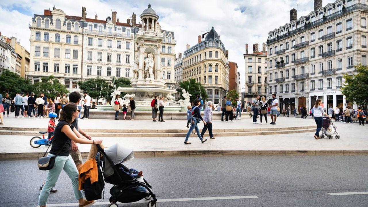 Le périmètre interdit aux voitures se trouve entre les deux quais, les véhicules autorisés doivent rouler à 5 km/h (contre 20 km/h pour les bus TCL) ou les voies de passages ouvertes à la circulation (rues de la Barre, Grenette et Constantine).