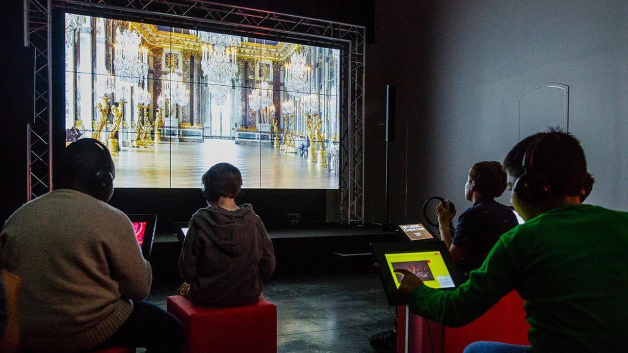 Les Micro-Folies se visitent seul ou accompagné. Des oeuvres y sont projetées sur des tablettes ou un écran géant.