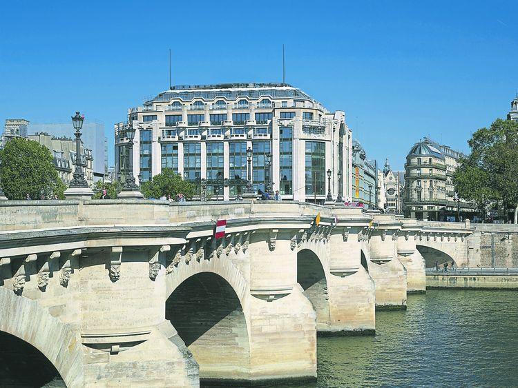 Au bord de la Seine, le bâtiment Art déco d'Henri Sauvage abritera un hôtel cinq étoiles Cheval Blanc.