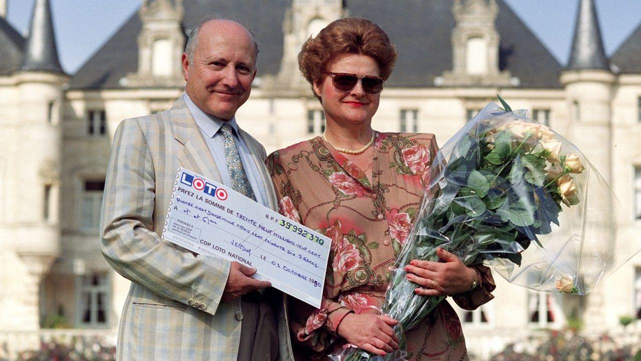 Des gagnants du Loto en 1990. Le jeu, créé en 1976, reste l'un des produits phares de la Française des Jeux, même s'il a été supplanté par les jeux de grattage.