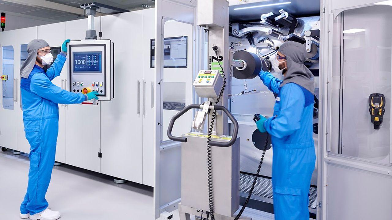 BMW a investi 200millions d'euros dans ce bâtiment de 12.000 mètres carrés, où travaillent 200 salariés, pour accroître son expertise sur les cellules, les composants de base des batteries.