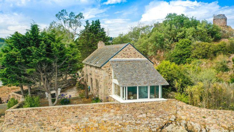 Construite en 1758, cette maison de pierre sur deux niveaux offre une surface de 140 m²