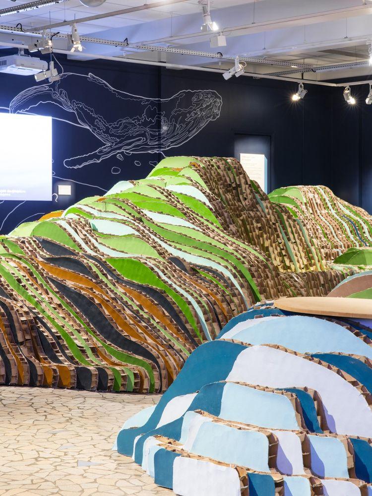 La scénographie réalisée par le studio Gang de l'exposition «Baleinopolis», consacrée au monde des cétacés, qui se tient jusqu'au 21 juin 2020 à l'Aquarium tropical du Palais de la Porte Dorée, à Paris.