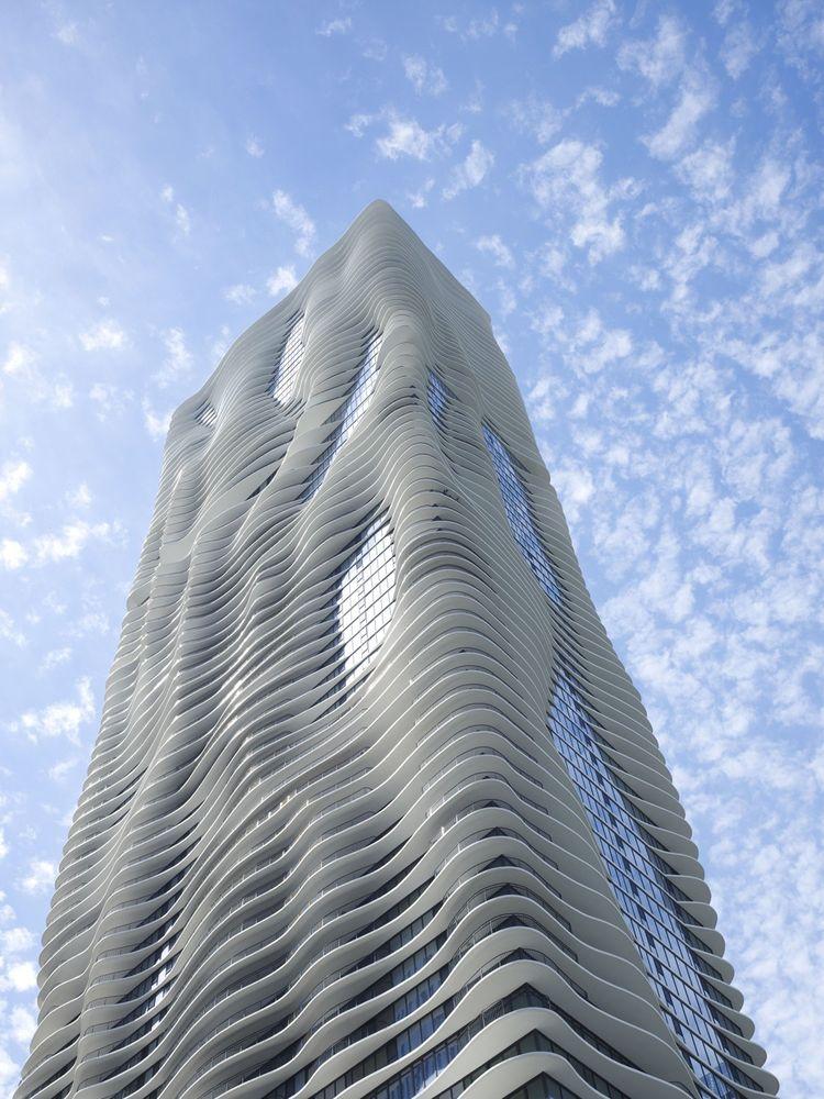 Achevée en 2010, la tour Aqua de 82étages, comprenant du résidentiel, des bureaux, des équipements collectifs, un hôtel et une toiture végétalisée, est devenue l'une des les plus emblématiques de Chicago grâce à ses terrasses ondulées qui font écho aux vagues du lac Michigan tout proche.