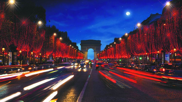 Cette année, comme en 2018, les Champs-Elysées joueront la carte du rouge pour leurs illuminations signées par l'entreprise familiale.