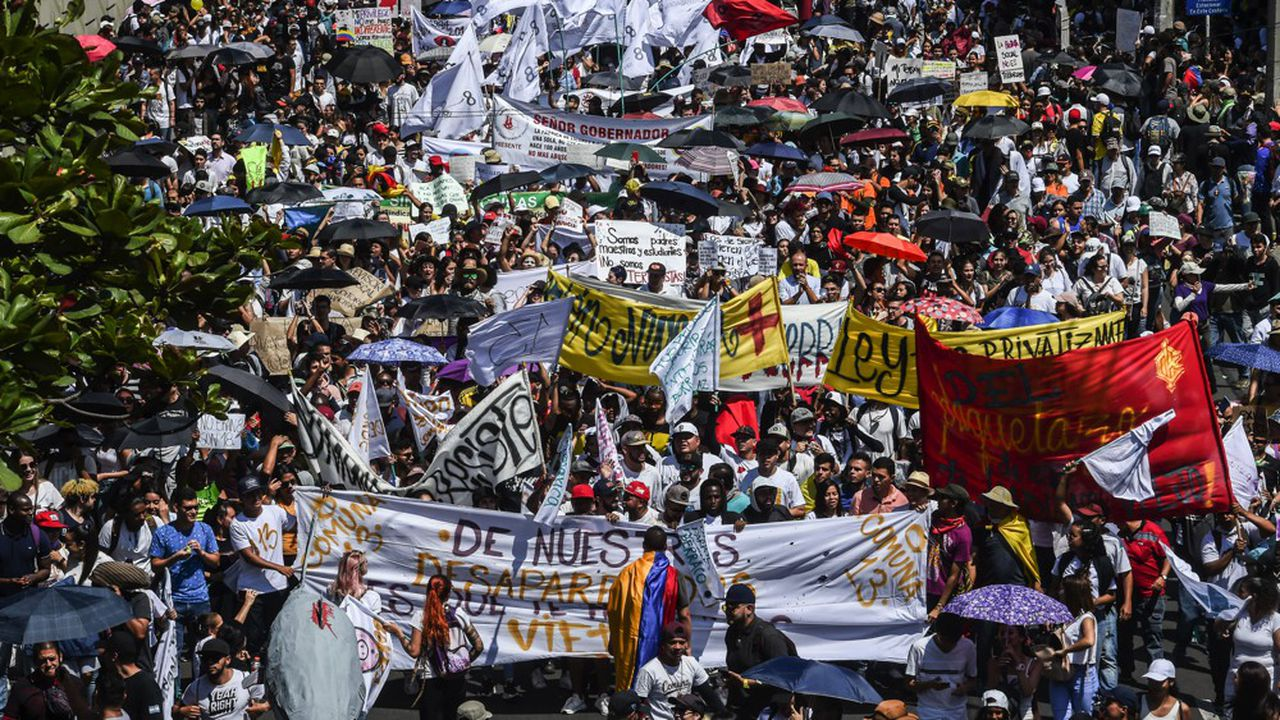 A Bogota, à Medellin ou encore à Cali, la journée a été globalement pacifique avant de s'achever par des incidents violents et du «cacerolazo» (long concert de casseroles).