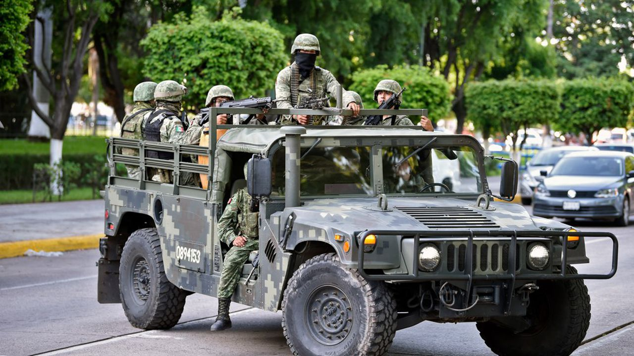 Soldiers patrol the surroundings of the government palace in Culiacan, Sinaloa state, Mexico, on October 18, 2019. - Mexico's president faced a Culiacan est devenu l'épicentre au Mexique de la guerre contre le trafic de la drogue. La violence du cartel de l'Etat de Sinaloa en octobre dernier a obligé l'armée mexicaine à relâcher, quelques heures après son arrestation, le fils du redoutable baron de la drogue « El Chapo » qui, lui, purge une peine de prison aux Etats-Unis.