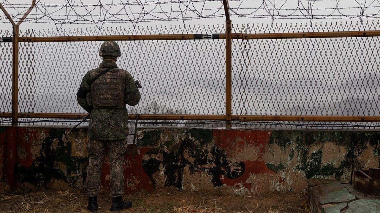 Un soldat sud-coréen observe la zone démilitarisée (DMZ) entre les deux Corées, la zone la plus minée de la planète.