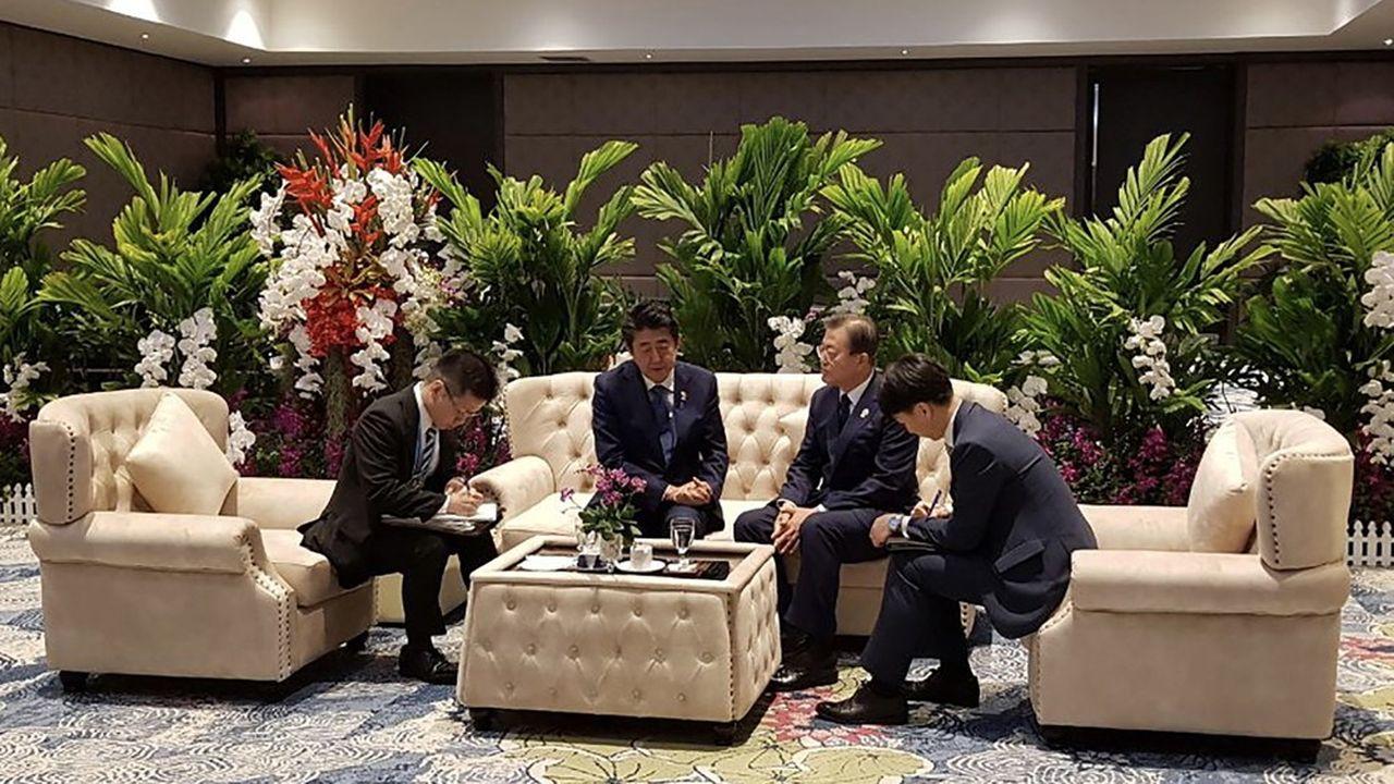 Après des mois de brouille, les deux dirigeants se sont finalement retrouvés en marge d'un sommet à Bangkok, début novembre, pour un entretien qui n'a duré que onze minutes.