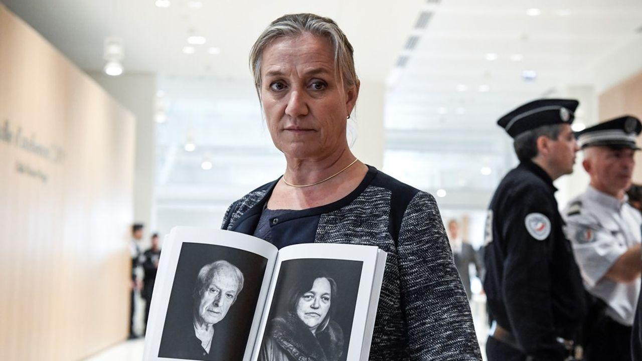 Au premier jour du procès, Irène Frachon, la pneumologue qui a lancé l'alerte sur le Mediator, présente un livre consacré aux victimes de cet antidiabétique utilisé comme coupe-faim qui serait à l'origine de centaine de morts. (Photo by Bertrand GUAY/AFP)