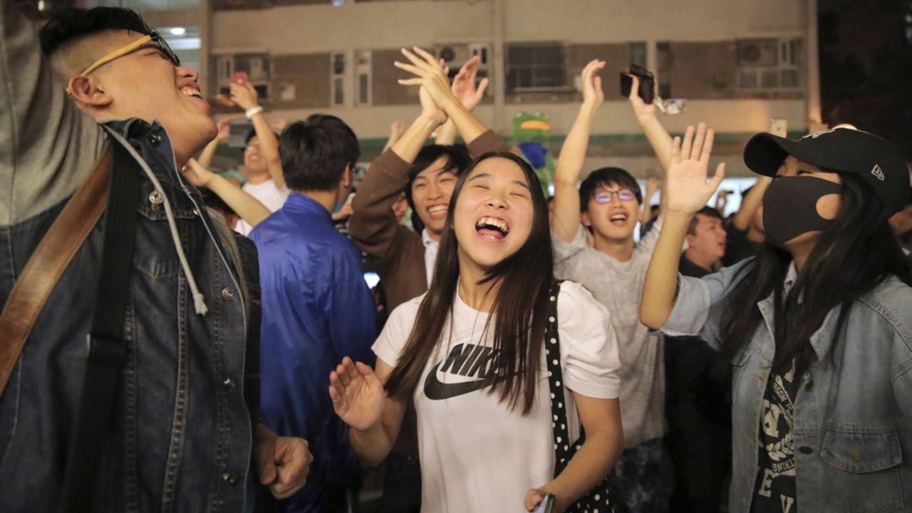 Lorsque les premiers résultats du scrutin, qui n'a donné lieu à aucun débordement, ont commencé à être annoncés après minuit, des cris de joie ont retenti.