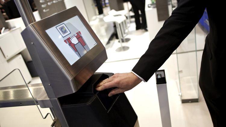 Stand Giesecke & Devrient. Sas de securite par passeport. Scan du passeport du passager.biometrie