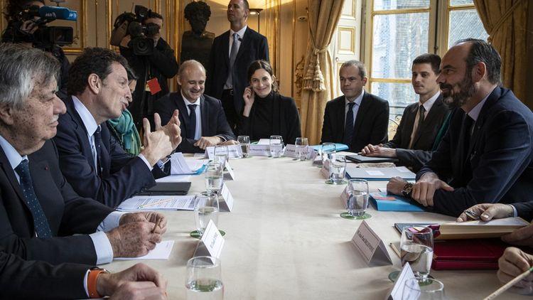 Geoffroy Roux de Bezieux, le président du Medef (à gauche), face à Edouard Philippe, le Premier ministre (à droite).