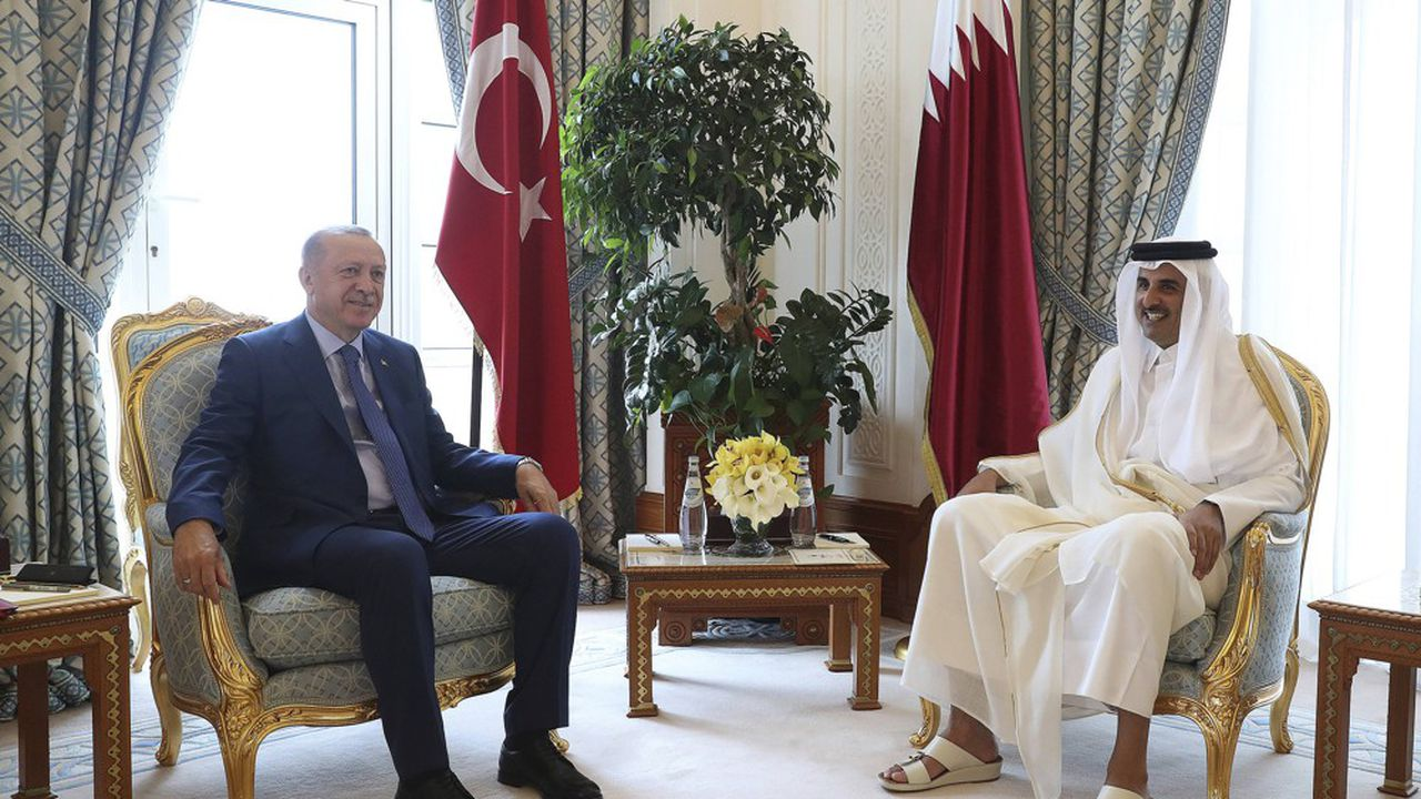 L'émir du Qatar, Sheikh Tamim bin Hamad Al Thani, et le président turc, Recep Tayyip Erdogan, posent pour la photo traditionnelle avant leurs entretiens ce lundi à Doha.