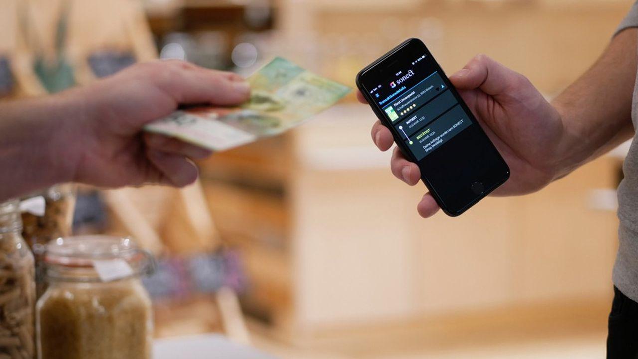 L'utilisateur télécharge l'application sur son smartphone, enregistre ses coordonnées, ainsi que celles de son compte bancaire.