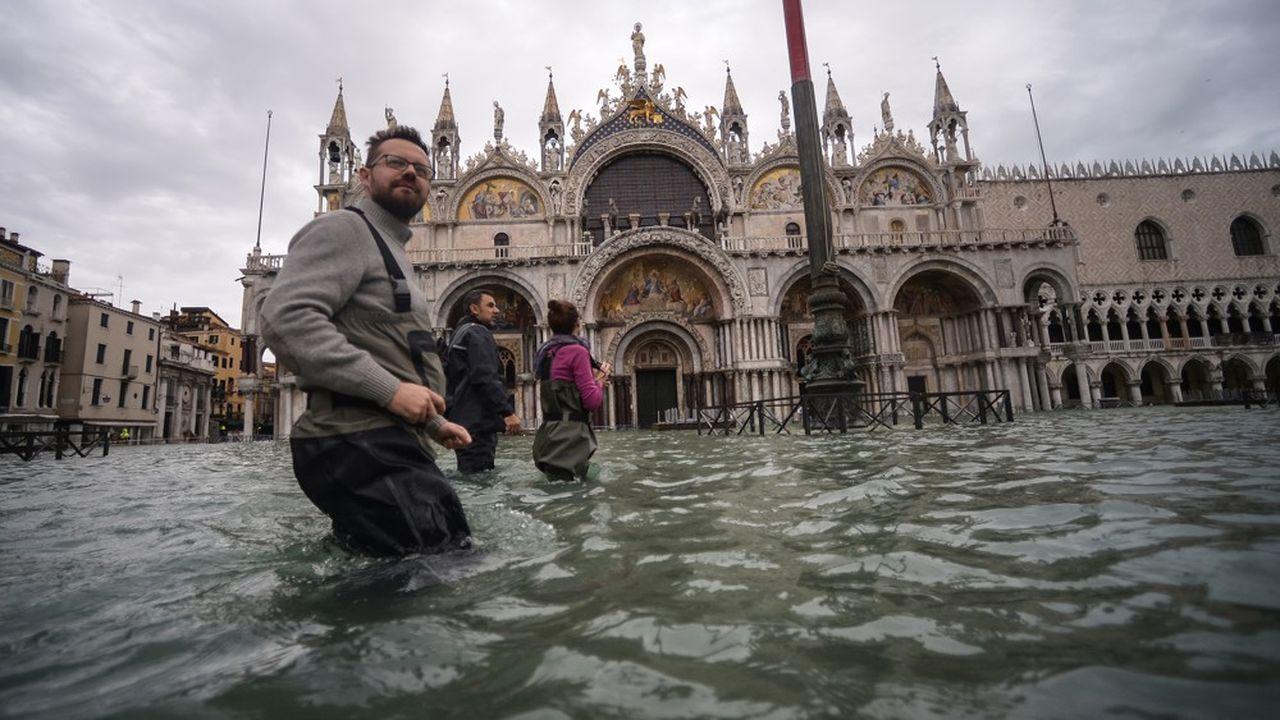 La place Saint Marc devant la Basilique Saint Marc à Venise le 15 novembre 2019.