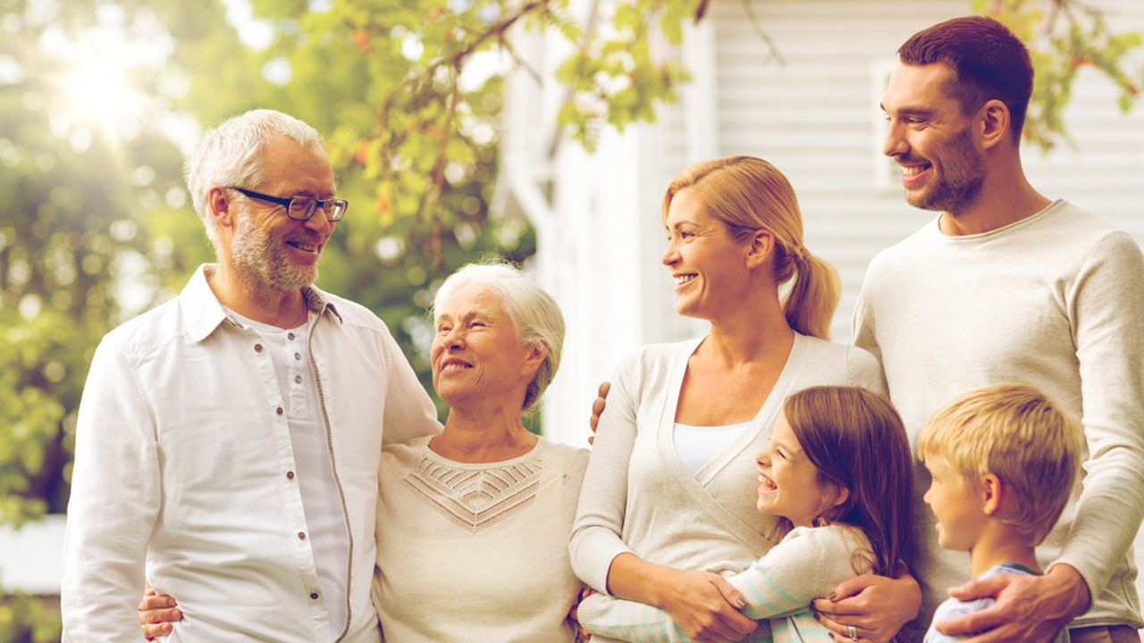 Les grands-parents soucieux de faire un saut de génération peuvent consentir un don manuel à leurs petits-enfants et prévoir, dans un pacte adjoint, que la somme donnée devra obligatoirement être remployée dans un contrat d'assurance-vie.
