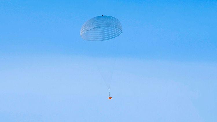 Des déchirures sont apparues sur les parachutes lors de plusieurs essais.