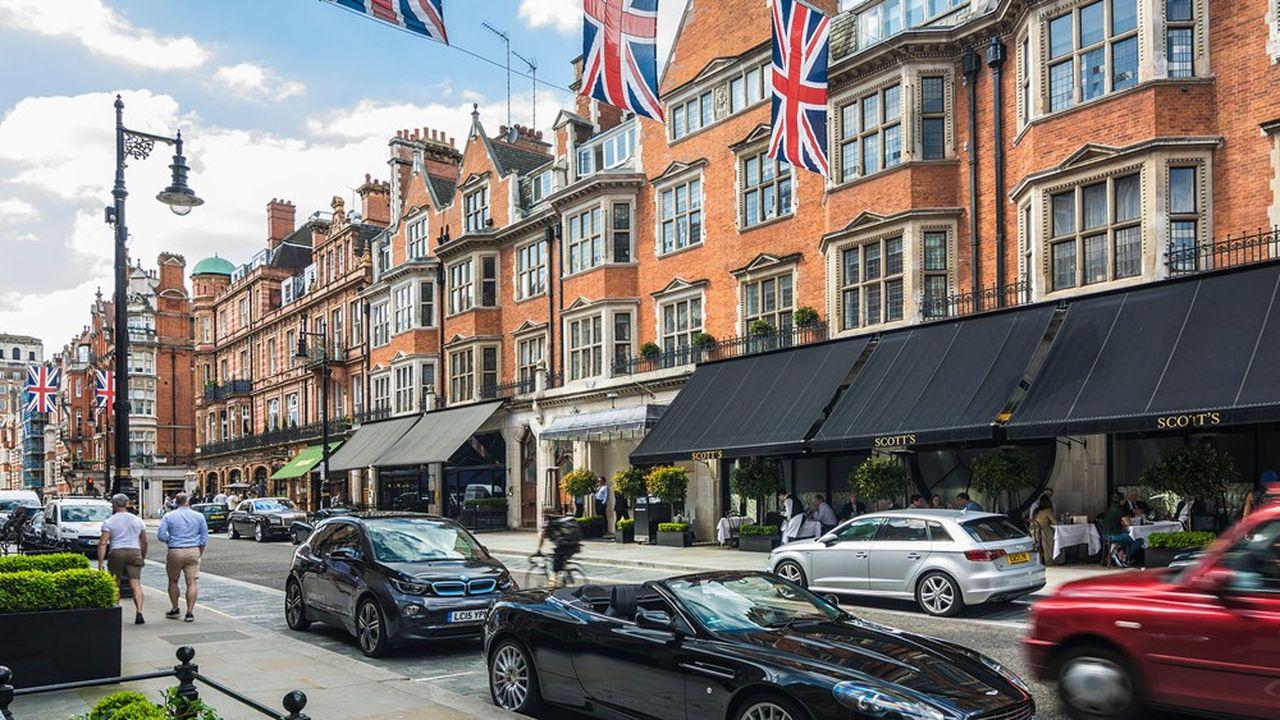 Aujourd'hui encore, les quartiers les plus huppés de Londres, Mayfair et Belgravia, restent la propriété de Grosvenor, la structure portant l'empire immobilier des ducs de Westminster.