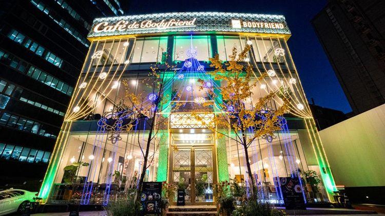 La marque souhaite développer des Bodyfriend cafés-lounges où les clients peuvent essayer, réserver une séance et se restaurer. Le premier a ouvert à Cheongdam, le «triangle d'or «de Séoul.