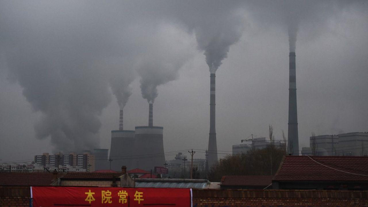 Le carbone est le premier responsable des émissions de gaz à effet de serre (GES). Sa présence est particulièrement dense dans le charbon, la ressource fossile de base pour faire tourner les centrales thermiques chinoises