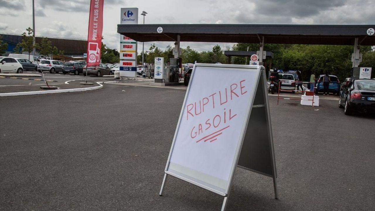 Selon l'arrêté publié samedi «l'approvisionnement national en carburant est gravement perturbé par un mouvement social bloquant l'accès à de nombreux sites de dépôts pétroliers.»