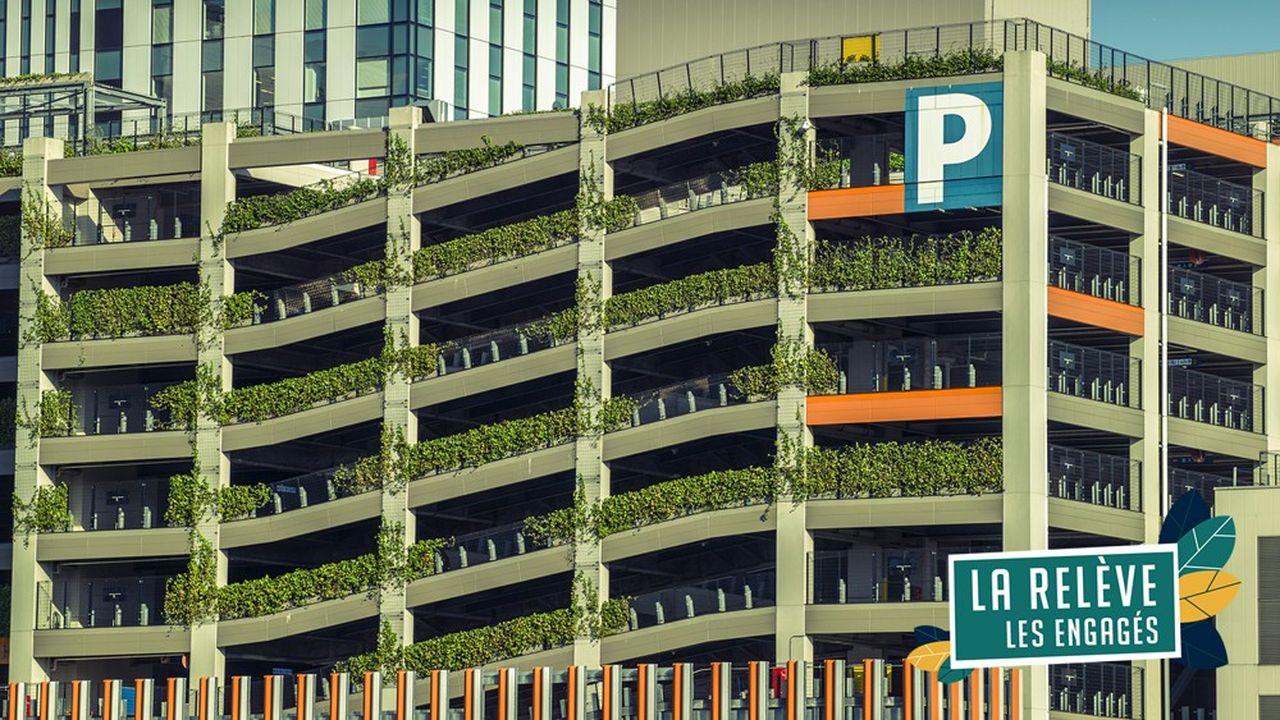 Vue sur un parking urbain végétalisé à étages pour garer des voitures avec plantes vertes naturelles à Tokyo au Japon.