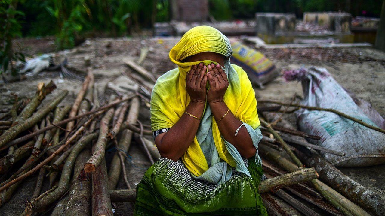 Une habitante du Banglasdesh devant les ruines de sa maison détruite en raison de l'érosion du sol près des rivières, en septembre2018.