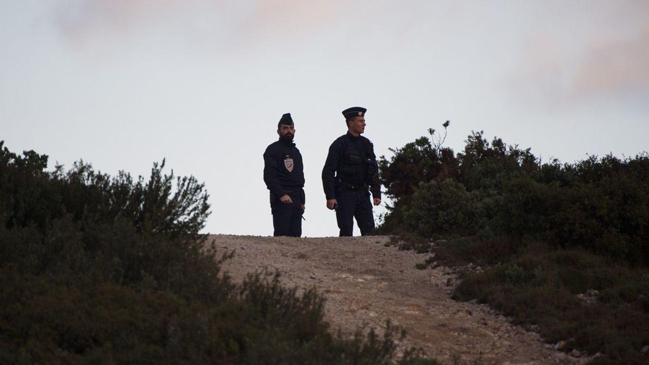 Des officiers de police sécurisent la zone où l'hélicoptère de la Sécurité civile s'est écrasé dans la nuit.