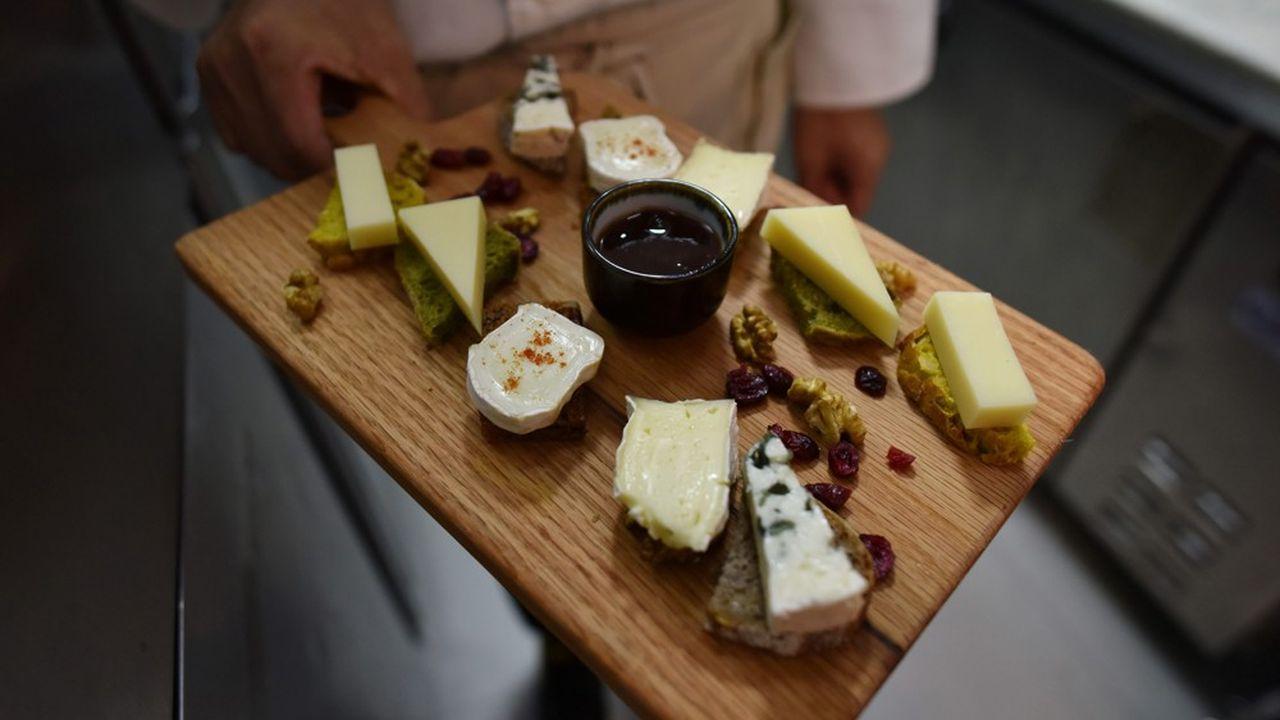 L'administration américaine a dévoilé une liste préliminaire de 63 produits dans laquelle piocher pour mettre à exécution les représailles: produits de beauté, sacs à main, vin pétillant ou encore fromages (notamment le Roquefort).