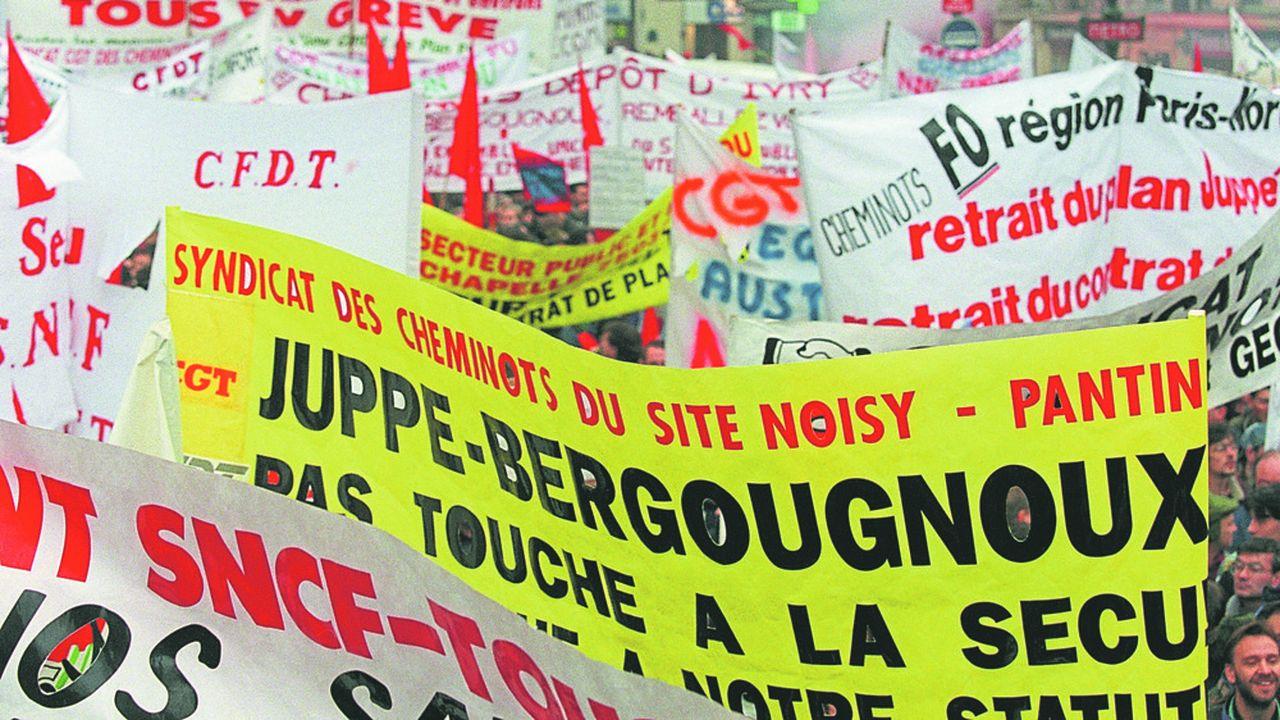 Le 12décembre 1995, bien qu'Alain Juppé ait jeté l'éponge, deux jours plus tôt, sur les deux sujets à l'origine de la contestation sociale - les régimes spéciaux de retraite et le contrat de plan entre l'Etat et la SNCF -, près d'un million de personnes descendent encore dans la rue. Photo JOEL ROBINE/AFP