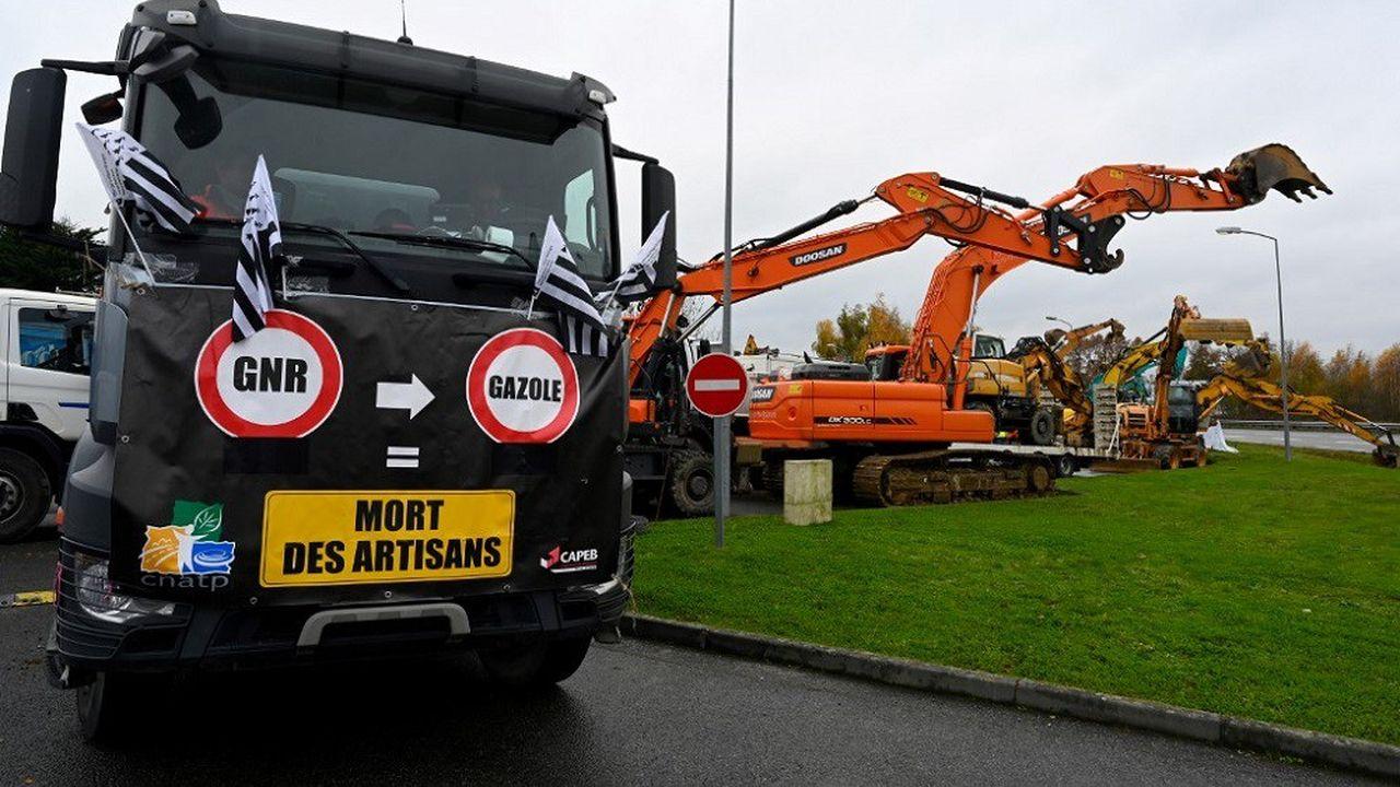 Plusieurs dépôts pétroliers ont été bloqués à l'aide d'engins de chantier.