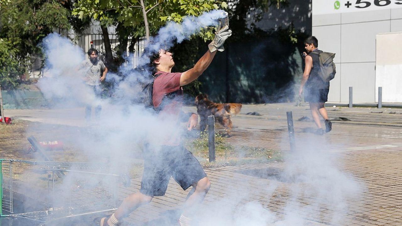 Les manifestants ne désarment pas au Chili (notre photo) dans une lutte contre les inégalités qui a déjà fait 23 morts.