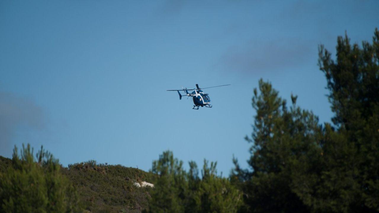 Un hélicoptère de gendarmerie, près des Pennes-Mirableau, là où s'est écrasé l'hélicoptère transportant les trois secouristes.