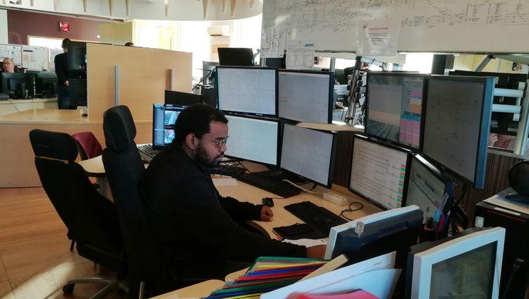 Un gestionnaire du plan de transport examine en direct la situation sur la ligne H.