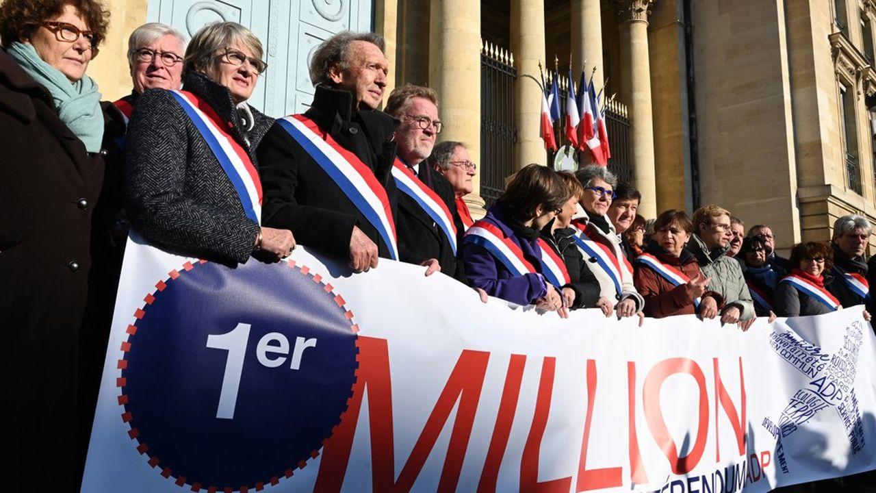 Des parlementaires des oppositions ont célébré ce mercredi, devant l'Assemblée, le «premier million» de signataires en faveur d'un référendum sur ADP.