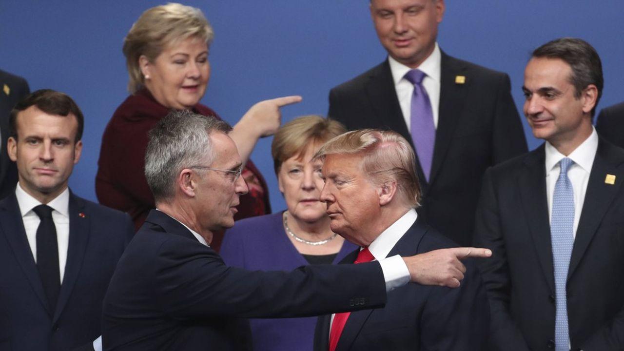 Le secrétaire général de l'Otan, Jens Stoltenberg, en pleine discussion avec le président américain Donald Trump, arrivé en retard pour la photo de famille des 29 dirigeants de l'Alliance, avant l'ouverture mercredi à Londres du Conseil de l'Atlantique nord.